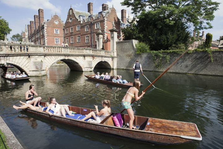 England, Cambridgeshire, Cambridge, Punting on River Cam