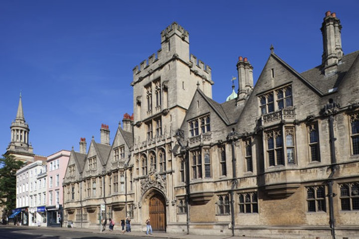 England, Oxfordshire, Oxford, High Street and University Church of St.Mary the Virgin
