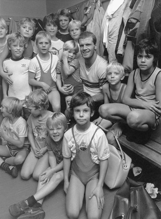 Frank Andersson, Swedish wrestler, together with kids in 1984.