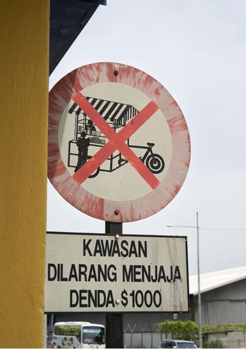 A road sign in Georgetown, Malaysia that not allowed selling things by bicycle