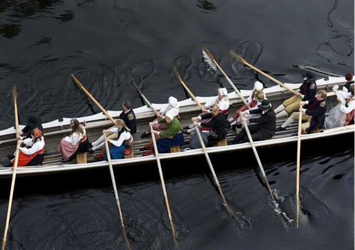 People are rowing to the church, midsummer in Dalecarlia