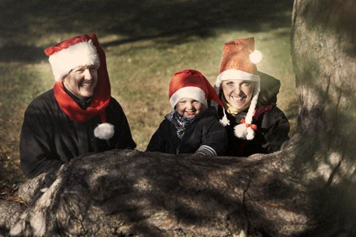 Family in cristmas hats