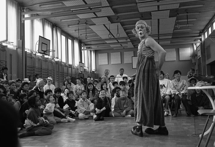 The clown Manne having a show in a school in Rinkeby