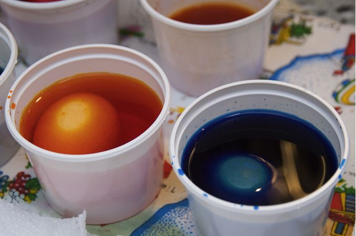 Coloring eggs in small plastic jars