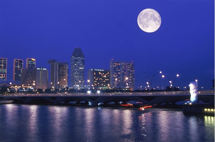 Full moon over Anderson Bridge and Singapore River