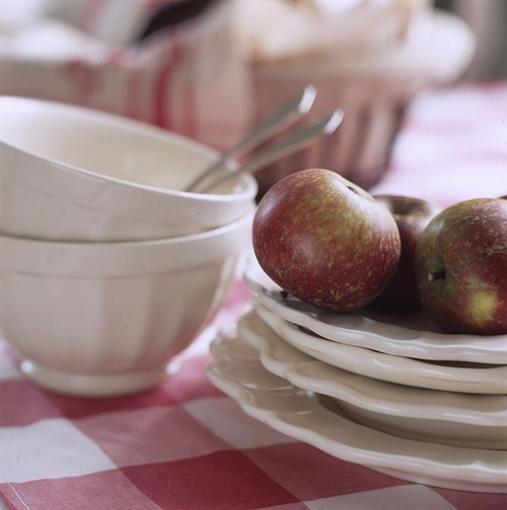 Apples and dishes