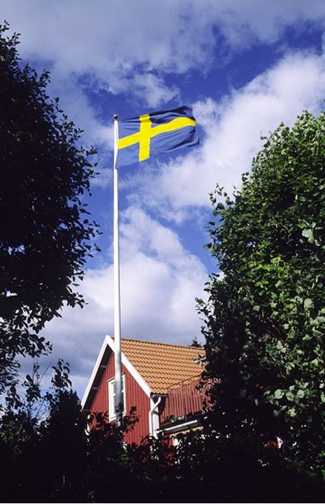 Swedish flag on a red cottage
