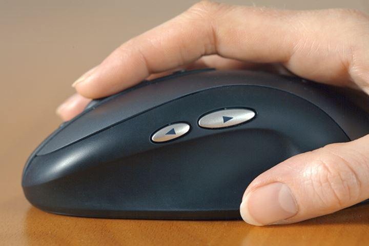 HAND HOLDING A COMPUTER MOUSE.