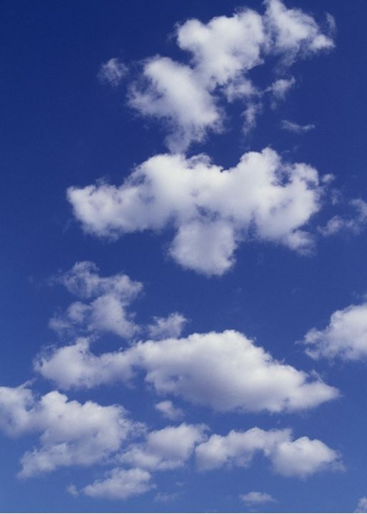 Closeup view of partly cloudy sky. Stackmoln sommarmoln