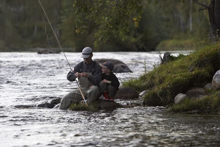 Father and son flyfishing in by älv